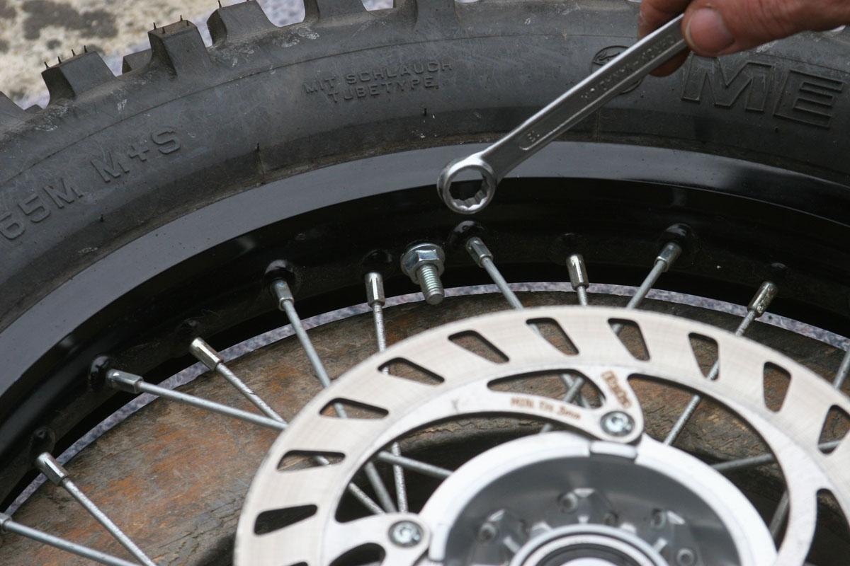 Demontage remontage d 39 un pneu avec chambre a air en moins for Pneu chambre a air